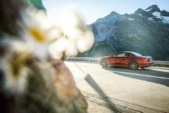 高山 绿树 鲜花与阳光是旅程上驾驶奔驰SL敞篷跑车