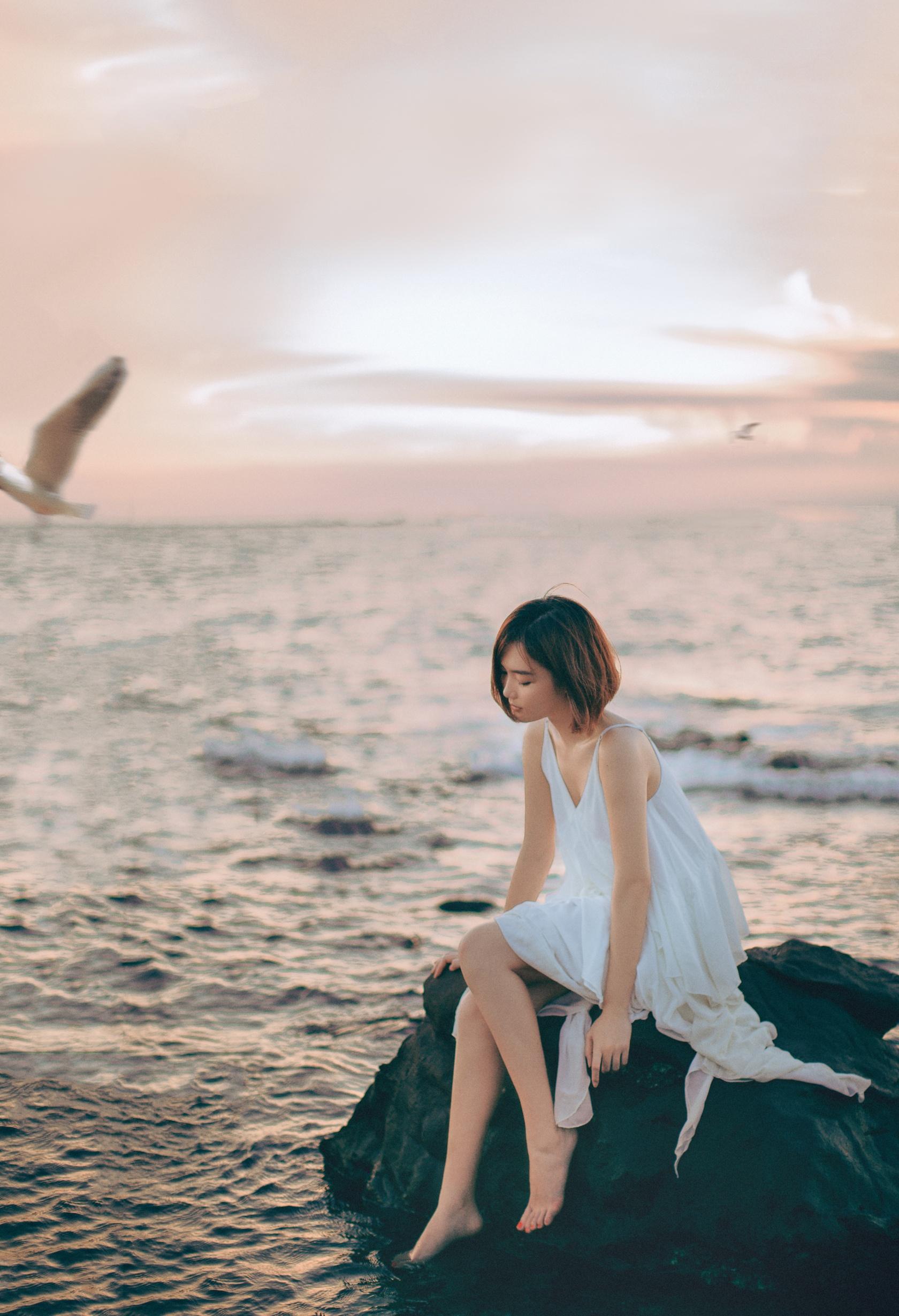 短发美女大连海边唯美写真图片