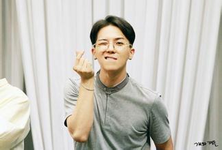 最近宋闵浩的新发型也是黄色小卷发哦.图片