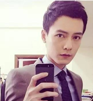 稳重男学生发型二 棕红色头发非常吸睛亮眼,也是时下韩国比较流行男生图片