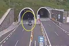 惨痛:高速路出隧道因没减速,直接就将车开上了天!