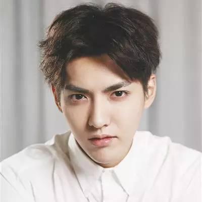微卷刘海遮住额头,亲切         这是一款韩范男生超爱的一款发型