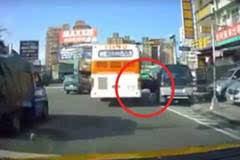 司机违停突然开车门,霸气公车司机直接帮他开到底。。。