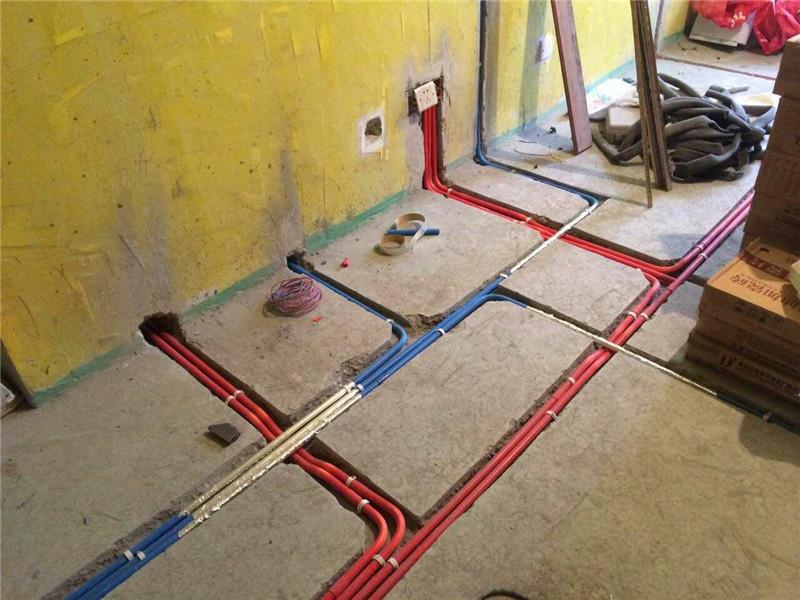 最后我们说一下关于电路的改造方面,现在业主朋友们家庭里电器越来越多了,按照国家标准,装修中必须使用2.5毫米及以上的铜线,而对于安装空调等大功率电器的线路时,则应单独走一路4平方毫米的线路。在往墙中埋线时必须使用PVC绝缘管,而且要达到活管活线的标准。 关于老房改造时在水、电路方面改造时需要注意的事项就和大家介绍到这里,水电改造是整个装修工程的重中之重,业主朋友们在进行时要特别注意。之后会和大家再来介绍关于墙、地及门窗方面在改造时需要注意的事项,有需要的业主朋友可以关注一下。 另外,更多关于老房改造方面