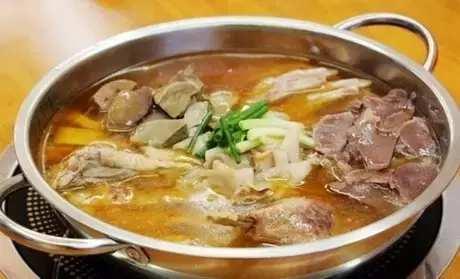 便宜又好吃的烫菜在贵阳最受欢迎,结合了串串和火锅,骨头汤底加上黄豆