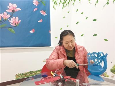 4年前,她开始在家种花草,用的花盆大多是剪掉一半的大矿泉水瓶子.图片