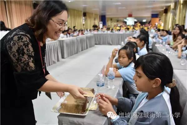 二小老师绘制的文明礼仪书签.-同根同心共发展,逾百香港学生相