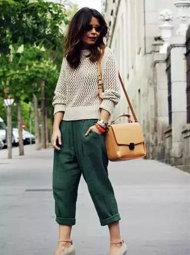 时尚 正文  喇叭裤自带优雅气势,镂空针织衫小露香肩,这颇有心机的穿