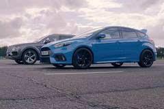 福特 Focus RS vs. 宾利添越 @ 一公里直线加速对决 | 中字视频