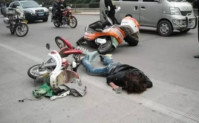 骑自行车的女青年速写- 经常骑电车 单车的你要懂得类似事故的责任划分