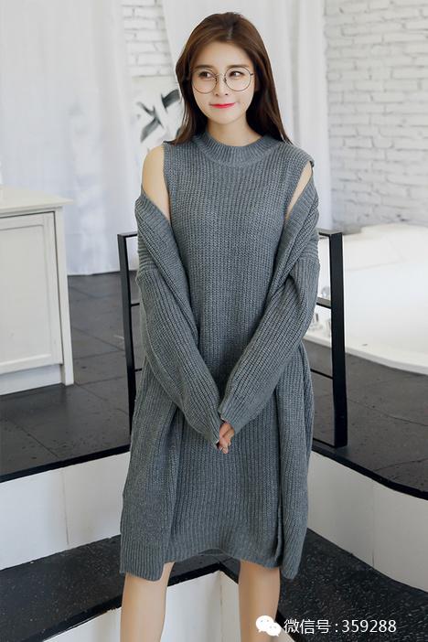 针织开衫外套内搭连衣裙个性又不失时尚感,这样的搭配非常适合出街或