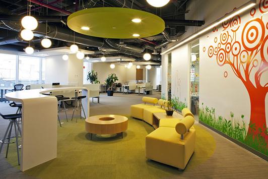 办公室休闲区设计要点: 公司休闲区的位置最好不要和办公室相连,如果实在没办法可以采用隔断,隔出单独的空间,这样有利于员工消除紧张感。可以的话休息室可以设计在离办公室较远处,或较偏角落的地方,这样员工在通往休闲区的步行中就可以放松心情,也避免打扰到在工作人员的工作。