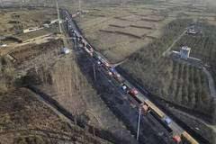 石家庄治霾限行 百余辆大货车被堵5公里
