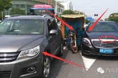 大爷骑车为躲避大众车碰上豪车,但大众车主的行为让人很鄙视