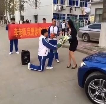 男学生求婚女女生老师送送花遭拒(懵)漫画图片戒指励志图片