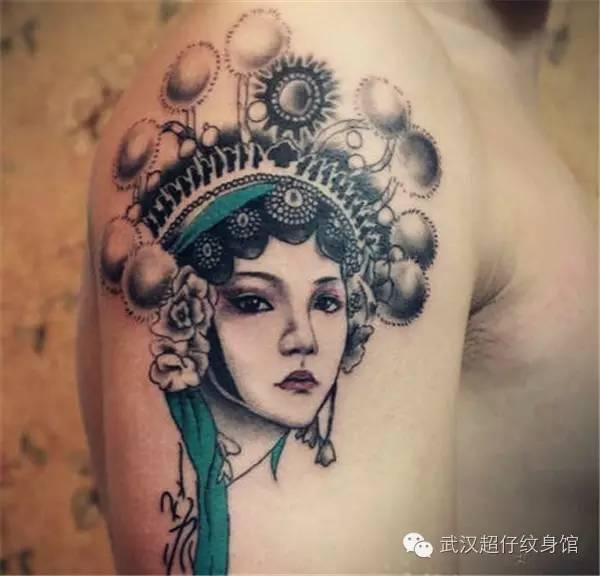 纹身图案侧重描述花旦的傲娇,娇小精致的脸蛋让人心生怜惜,一双丹凤眼