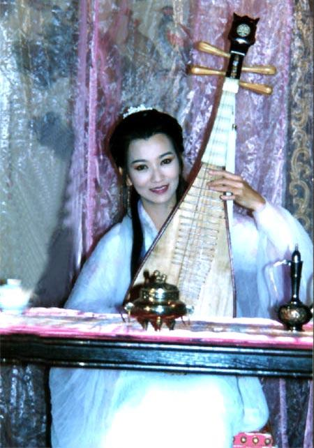 """""""千呼万唤始出来,犹抱琵琶半遮面"""",古装女子弹奏琵琶,除了欣赏其"""