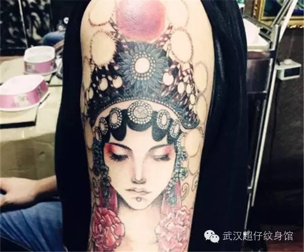 但是这款花旦纹身图案在同一个手臂上纹上三个面孔,从狰狞到可怜再到