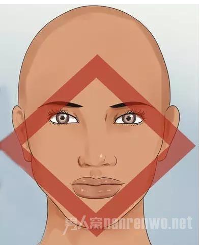 小圆脸适合什麽发型   脸型是圆脸的男生,梳头发尽量要在上层建造头发的蓬松度,皮卡路烫发发型是比较合适的烫发形式.