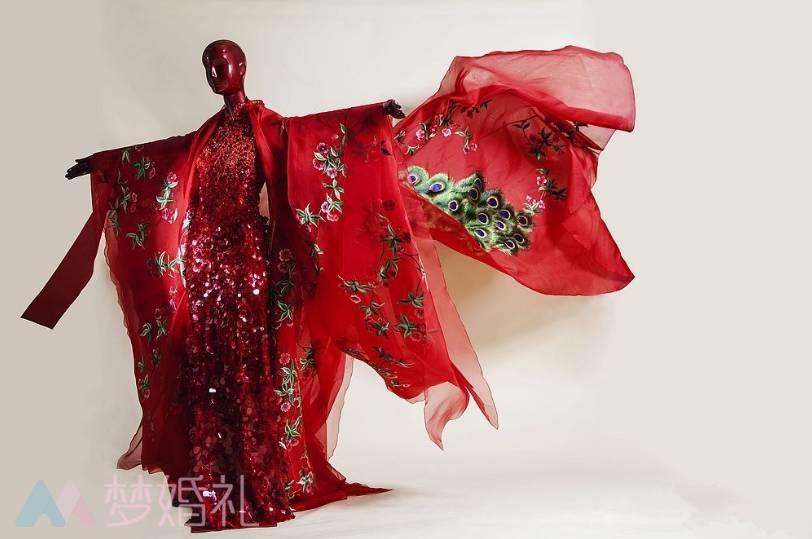 时尚 正文  定做中式嫁衣以前,郭培将所有的心血和情感凝结在高定作品图片