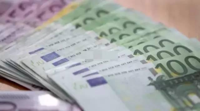 意大利热那亚机场海关拦截10万欧元现金图片