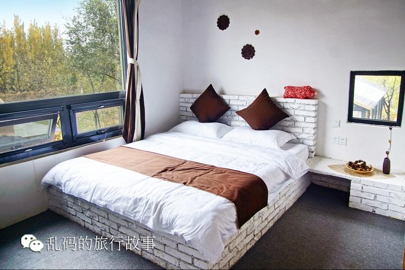 实拍山东农村奇葩民宿 老门板做家具 燕子竟在床头筑巢图片