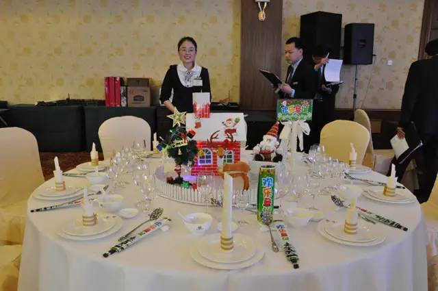 中餐宴会摆台是评价一个酒店质量的重要标准,不但要求餐具摆放整齐