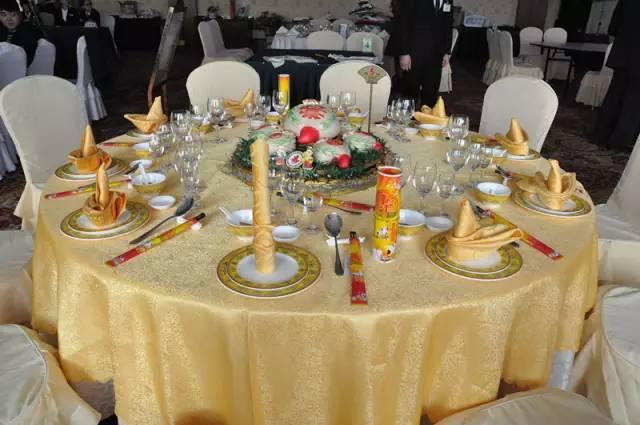 中西餐宴会摆台方面,参赛选手比拼不仅仅是技能,更是创意和整体构思.