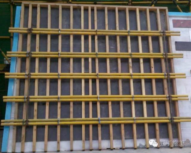 支撑体系▲    3,墙柱模板支撑加固   剪力墙的侧面易炸模,通过