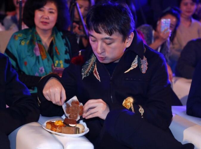 王思聪吃酒店免费送的面包,网友看不惯竟撕了起来