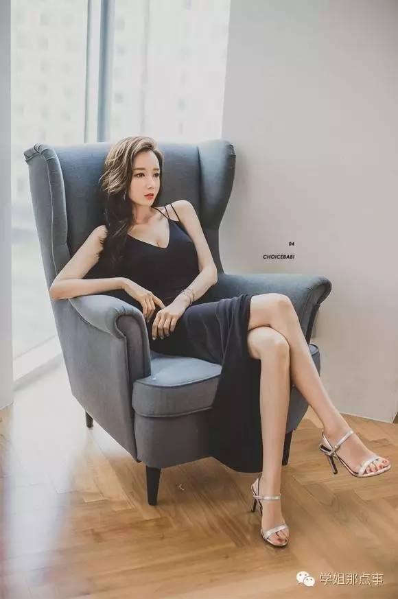 狂草美女学姐_街怕:高跟长腿冷艳美女学姐,低胸装吊带礼服!