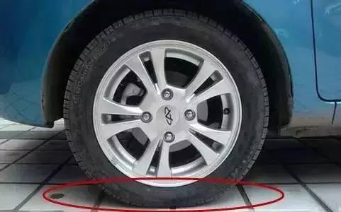 这时就有车主有些疑惑了,轮胎气压明明是前一天加够的,怎么这么快就有图片