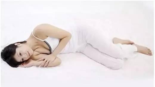 两腿之间那点事-女人晚上睡觉双腿间总要夹点东西,是因为图片