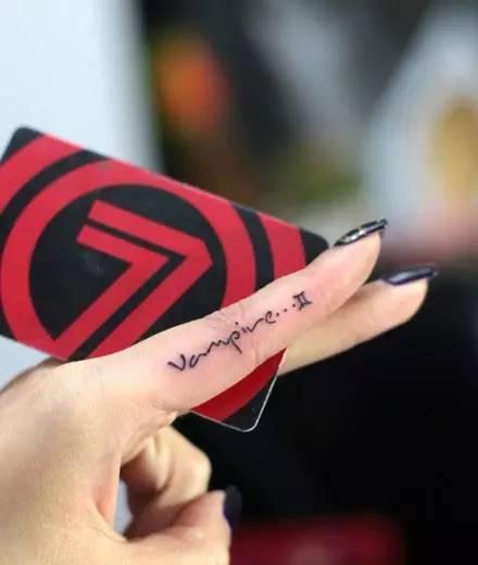 时尚 正文  所谓的指内微刺青就是把纹身图案刺在手指的侧边上 小小刺