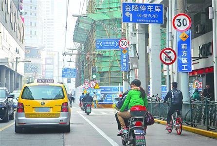 金陵东路云南南路口两块指示牌 打架 你中招了吗图片