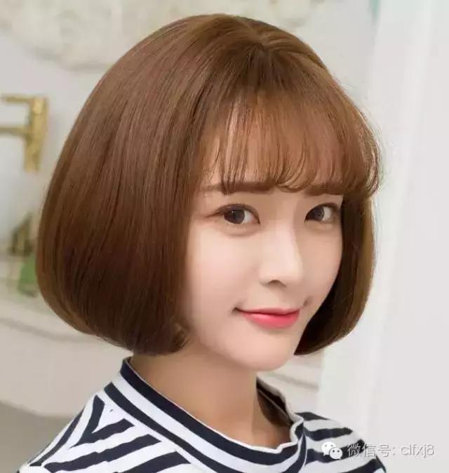 大饼脸的妹子不一定要用长发来起到修颜效果,其实一款包脸短发发型图片