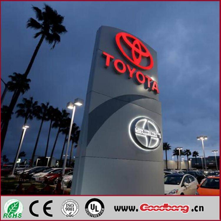 在国外,各大品牌的4s店都会有让人过目不忘的大型车标立牌,这是顾客和图片