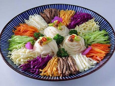 """在昆明一带十分风行的特色美食之什锦凉米线的做法"""""""