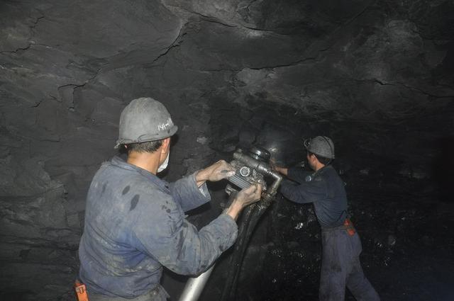 煤矿井下工人作业实拍,艰辛与危险并存