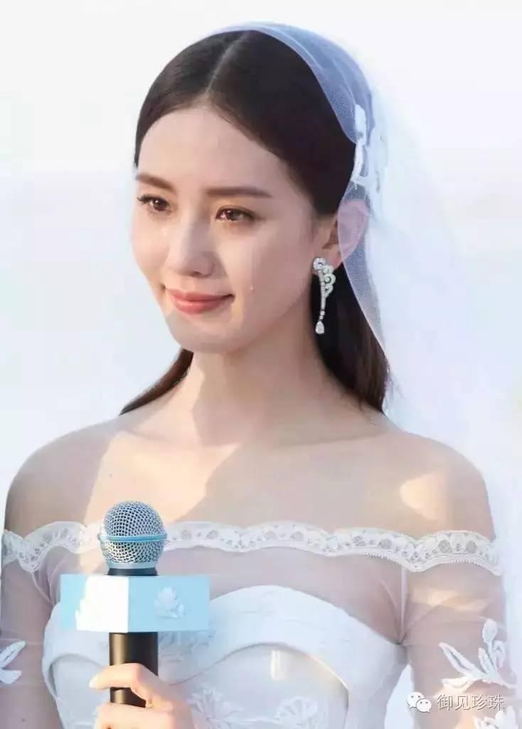 吴奇隆和刘诗诗的婚礼,诗诗光滑的中分披肩发,露出漂亮的肩膀和锁骨