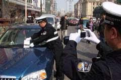 交警正给你的车拍照,这样做可以免扣分罚款!