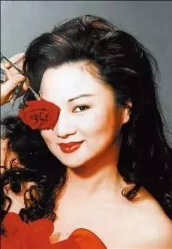 她是台湾综艺大姐大,单身妈妈,17岁的女儿却在19年前惨遭绑匪撕票,后来