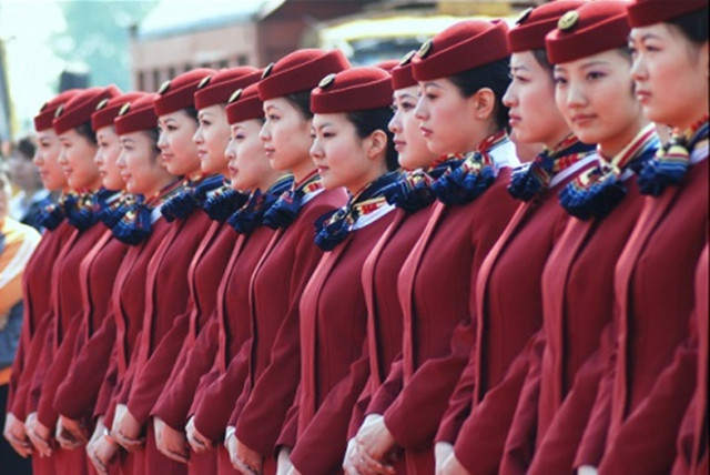 空姐待遇最好的航空公司:中国内航业空姐待遇最好的航空公司是哪家或者哪几家呢?下面就给出呼声最好的三家航空公司的空姐待遇情况。 1、中国国际航空(月薪,按每月飞行100小时计算,下同):   乘务学员:7670元   乘务员(安全员):11900元~19100元   乘务长:16700元~22000元