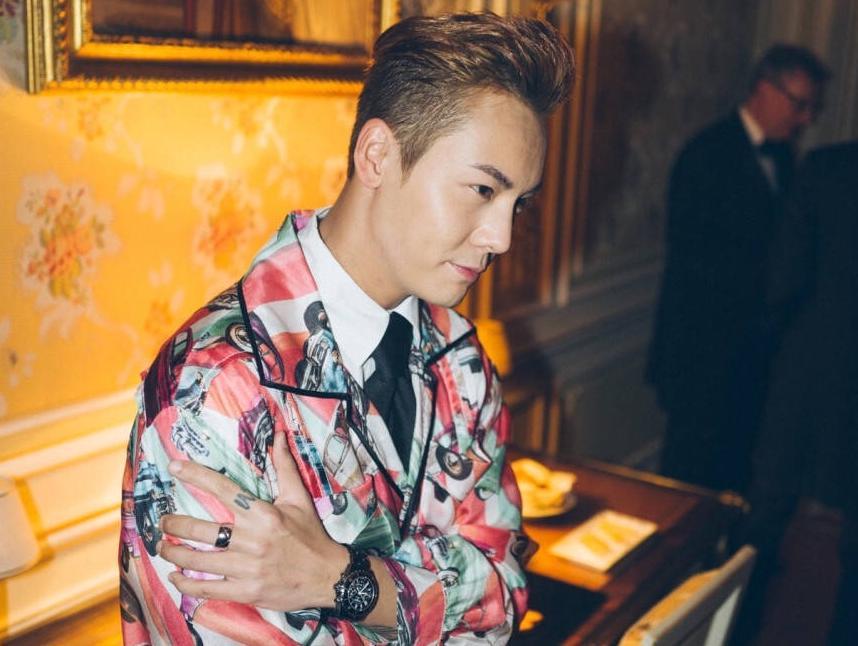 日前,陈伟霆在巴黎出席了某时尚派对,他以鲜艳的印花外套搭配衬衣、领带和丹宁裤大玩特色混搭,潮范儿十足。在派对现场他还与约翰尼德普女儿莉莉-萝丝-德普(Lily-Rose Melody Depp)、权志龙(GD)、美国知名歌手法瑞尔-威廉姆斯(Pharrel Williams)等亲密合影并交流。