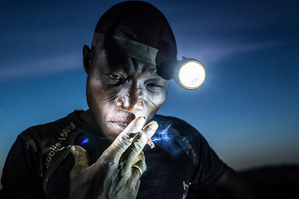 非洲成人影视_实拍:穷的只剩下黄金的非洲,儿童不上学,每天挖黄金