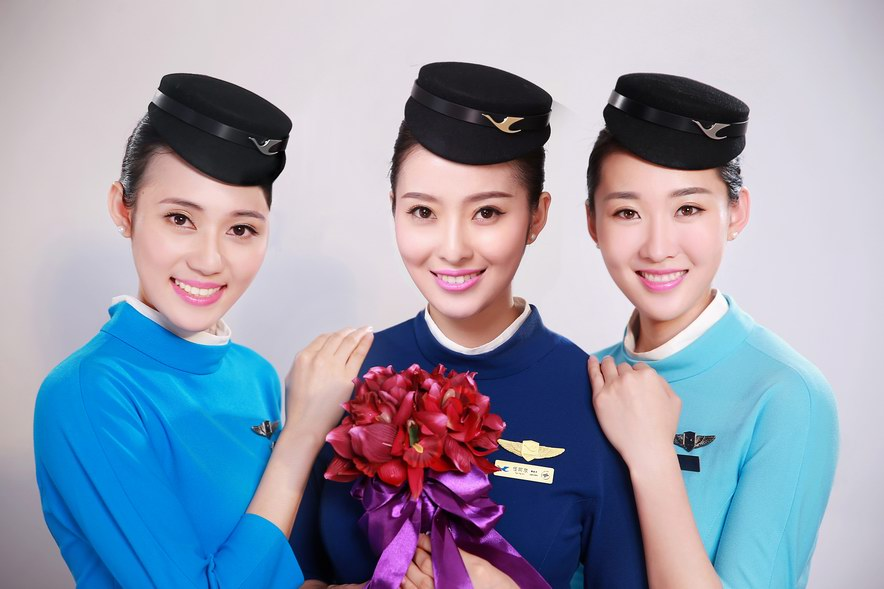 3、厦门航空   乘务员(安全员):1200元~17500元   乘务长:17200元~18200元+   客舱经理:19500元-23100元   以上数据都是流通市场的参考数据,但是的确是内航业为空姐提供待遇最好的三家公司。