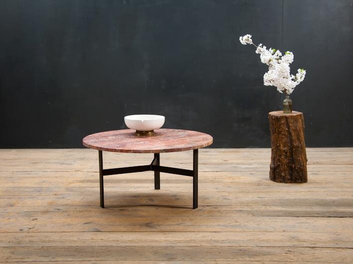 如今很多人家中都喜欢布置原木家具,木材经由工匠们巧手雕琢保留了天然的纹理,搭配实用的造型,体现了现代人对于返璞归真、回归自然的向往。 而木材本身的某些性质诸如浸透性、吸收性、易变形等,也决定了原木家具难以保养的宿命。 不过,掌握一些方法我们也可以把原木这个小病娇照顾的妥妥贴贴的。 清洁 清洁木制家具很简单,只需要用清水和温和的清洁剂、肥皂水。不用担心水会伤害木材,只要不是长时间的浸泡就不会对木制家具造成损坏。不要轻易使用万能清洁剂,除非你的家具有塑料涂层。