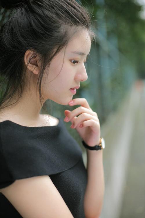 清纯校花美女白皙素颜丸子头校园球场写真