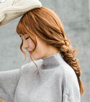 颇有青春活力范的双马尾发型,甜美减龄,额前齐刘海的设计也简单修饰了图片