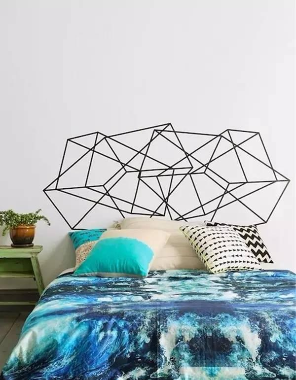 在床头用纸胶带贴一些几何图形也是很赞的. 3.图片
